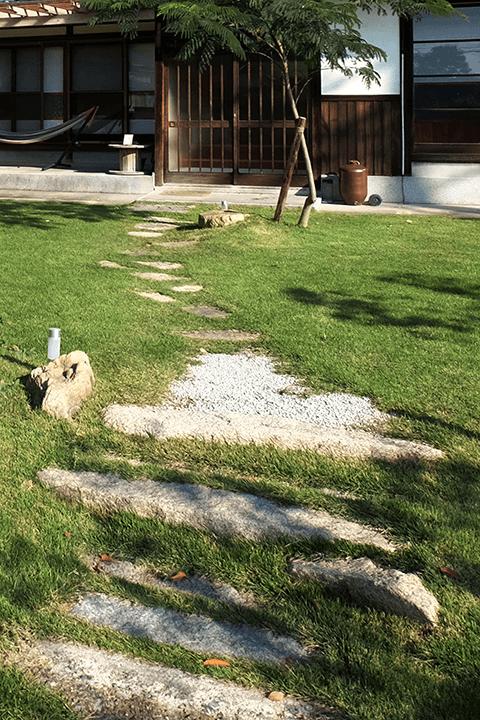 現場から出てきた飛石や延べ石を再利用したアプローチ